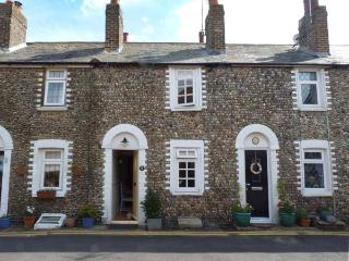 FLINT COTTAGE, woodburner, close to the coast, enclosed garden, character cottage in Birchington, Ref. 915874 - Canterbury vacation rentals