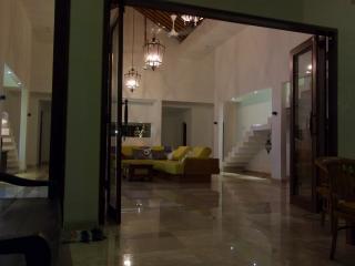 PRIVATE LUXUS-VILLA IN ASIATISCH-WESTLICHEM STIL - TRAUMLAGE AM MEER - Singaraja vacation rentals