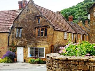 THE TUDOR ROSE, woodburning stove, four poster bed, feature beams and stone walls, in Montacute, Ref 915230 - Montacute vacation rentals