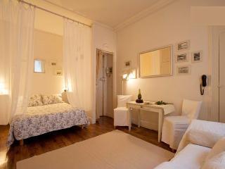 Romantic Studio Apartment in Ile Saint Louis - Paris vacation rentals