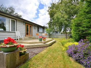 Cozy Sidney 2 Bedroom On Level Cottage Close to Beaches and Town Centre - Brentwood Bay vacation rentals