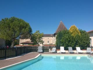 Beautiful Cottage with Washing Machine and Private Fishing - Chalais (Vienne) vacation rentals
