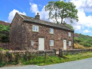 ROACHSIDE COTTAGE, luxury detached cottage, woodburner, slipper bath, country views, near Leek, Ref 912311 - Staffordshire vacation rentals