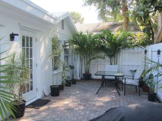 Charming... South Florida COTTAGE - close to Downtown, Beach - Fort Lauderdale vacation rentals