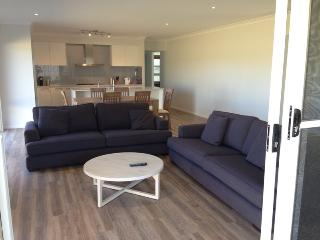 Lovely 3 bedroom House in Batemans Bay with Internet Access - Batemans Bay vacation rentals