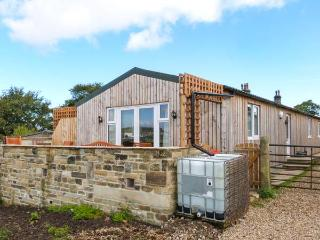 THE OLD PIGGERY, single-storey, detached wooden cabin, en-suite, WiFi, hot tub, in Haworth, Ref 916394 - Cragg Vale vacation rentals