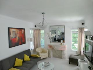 Cosy apartment just a minute's walk from the beach - Miami Beach vacation rentals