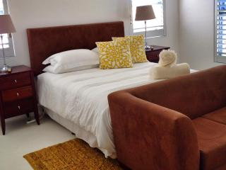 Gezellig - 4 Bedroom, spacious upmarket house - Jacobs Bay vacation rentals