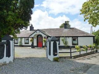 DERRY HOUSE, romantic cottage, open fire, pet-friendly, WiFi  near Naas, Ref 914743 - County Kildare vacation rentals