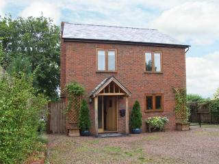 GARDEN COTTAGE, pet-friendly, large garden, WiFi, near Leominster, Ref. 915438 - Herefordshire vacation rentals