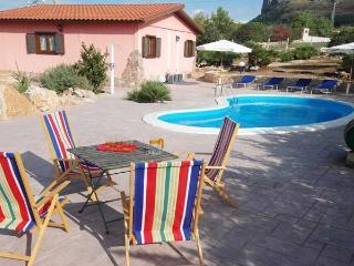 Villa Rosada con piscina - Castellammare del Golfo vacation rentals