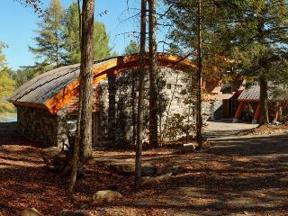 Gorgeous 4 bedroom Cottage in Huntsville - Huntsville vacation rentals