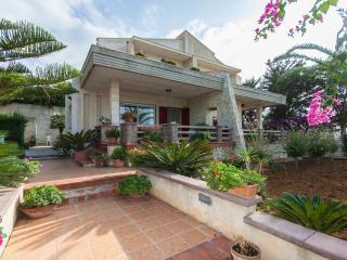 VILLA INDIPENDENTE CON GIARDINO - Alcamo vacation rentals