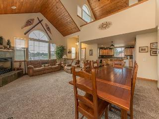Exceptional 4BR Cabin in Roslyn Ridge! Hot Tub|Sports Court|Fall Specials - Roslyn vacation rentals