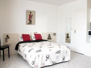 Romantic 1 bedroom Caen Apartment with Internet Access - Caen vacation rentals