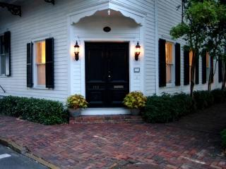1010: Roomy Washington Square Garden - Savannah vacation rentals