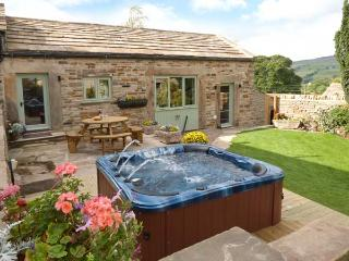 COBBLERS BARN, stone-built, character cottage, woodburner, en-suite, hot tub, near Middleton in Teesdale, Ref 912801 - Mickleton vacation rentals