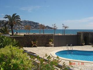 Beach Front And Pool Condo With Big Terraces And Garden - Roses vacation rentals