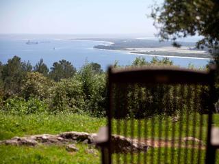 Há Mar ao Luar - Suite Azul - Setubal vacation rentals