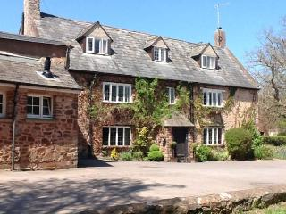 DRAGON HOUSE, Grade II listed, en-suites, open fire, bar, pet-friendly, near Dunster, Ref 25294 - Dunster vacation rentals