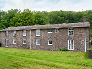 OLD RECTORY COTTAGE, swimming pool, hot tub, woodburners, beautiful views, near Newtown, Ref. 903548 - Caersws vacation rentals