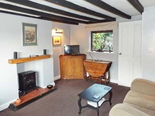 9 OVERTON BANK, family friendly, character holiday cottage, with a garden in Leek, Ref 4032 - Leek vacation rentals