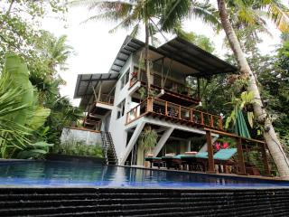 Nice Villa with Deck and Internet Access - Buwit vacation rentals