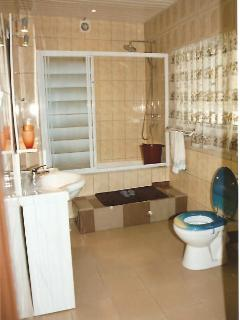 Cheap hotel and close to most Accra tourist areas - Accra vacation rentals