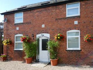 BERWYN COTTAGE, romantic, balcony with furniture, pub next door, Ref 912349 - Llangedwyn vacation rentals