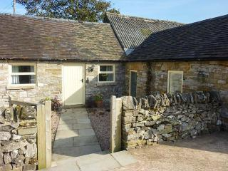 WAYWARD COTTAGE, single-storey, romantic retreat, woodburner, pet-friendly, near Leek, Ref 916357 - Grindon vacation rentals