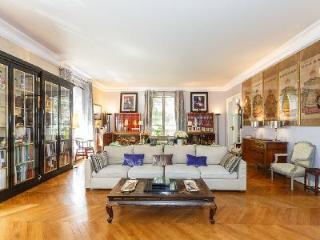 Spacious La Grandoise- with elegant décor, ensuites & central location - 17th Arrondissement Batignolles-Monceau vacation rentals