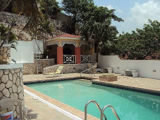 Luxury,Central,Cable,Int, Kingston 19 Queen Hill - Kingston vacation rentals