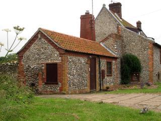 Period cottage with huge garden in coastal village - Holt vacation rentals