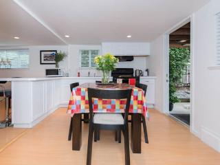 New North Vancouver 1BD private garden suite. - North Vancouver vacation rentals