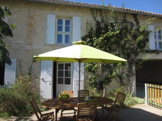 Perfect 3 bedroom Blanzay sur Boutonne Cottage with Internet Access - Blanzay sur Boutonne vacation rentals