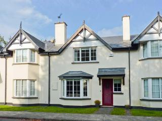 NO. 4 LANSDOWNE VILLAGE, modern, mid-terrace cottage, en-suite, enclosed patio, in Kenmare, Ref 916539 - Gronau vacation rentals