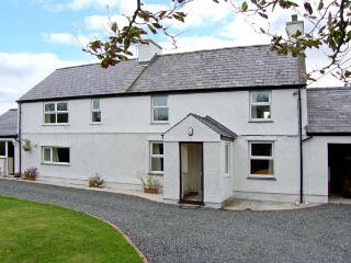 TYN Y PARC, pet-friendly house with ample living accommodation, large gardens, close beaches and nature, Newborough Ref 24860 - Dwyran vacation rentals