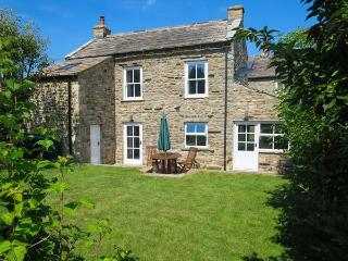 CROSS BECK COTTAGE, detached cottage, en-suite, woodburner, walks and cycle routes in area, in Grinton near Reeth, Ref 907018 - Reeth vacation rentals