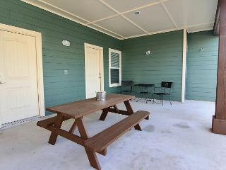 1 bedroom 1 bath bungalow with full kitchen and living area! - Port Aransas vacation rentals