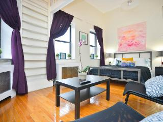 *SKYTRAIN* Stunning Sunny Studio Loft in Townhouse - New York City vacation rentals