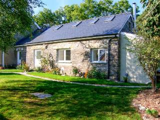 THE OLD STONE BARN, isolated, woodburner, lawn, WiFi, near Cardigan, Ref 906553 - Cardigan vacation rentals