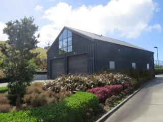 Beautiful 1 bedroom Barn in Auckland with Deck - Auckland vacation rentals