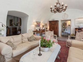 18th century centre of village with big garden - Murs vacation rentals