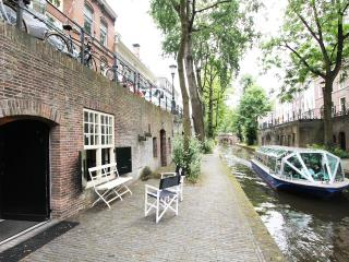 Comfort Canal Apartment for 4 at Nieuwegracht Utrecht - Utrecht vacation rentals
