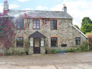 PENEARTH FARM COTTAGE, traditional stone cottage, Rayburn, woodburner, parking, patio, in Liskeard, Ref 914266 - Liskeard vacation rentals