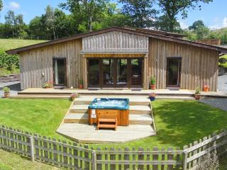 SYCAMORE LODGE, luxury accommodation, hot tub, large garden, excellent walking, near Rhayader, Ref 915502 - Mid Wales vacation rentals