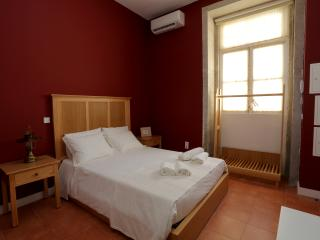 ACCESSIBLE RED - CENTENARY FONTAINHAS APARTMEN - Porto vacation rentals