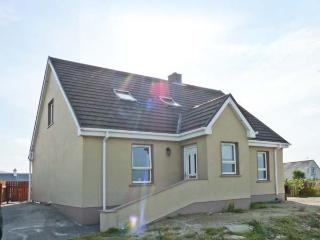 WILD ATLANTIC COTTAGE, open fire, sea views, en-suite, Sky TV, near Derrybeg, Ref. 913336 - Bunbeg vacation rentals