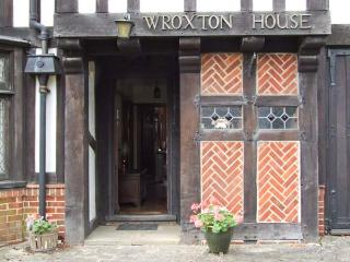 WROXTON HOUSE, unique detached 1930's cottage, character features, open fires, in Oxford, Ref 915875 - Oxford vacation rentals