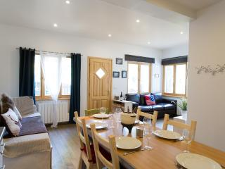 Lovely Morzine Ski App, 2 bdrm, sleeps 6, hot tub - La Chapelle-D'Abondance vacation rentals